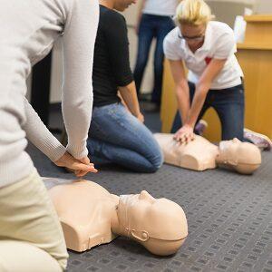 Nauka pierwszej pomocy w trakcie szkolenia BHP. Czego można się nauczyć?